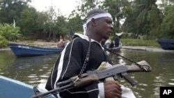 Wani sojan yan tawaye ne ke daga bindigarsa samfurin AK 47 a yayinda yake sintiri a yankin Niger Delta.