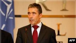 Tổng thư ký NATO Anders Fogh Rasmussen nói chuyện với các nhà báo tại Tripoli, Libya hôm 31/10/11