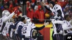 패트리어츠 쿼터백인 톰 브래디(Tom Brady)가 지난 20일 미국 미주리주 캔자스 시티에서 열린 NFL 아메리칸콘퍼런스(AFC) 챔피언십에서 캔자스시티 치프스를 이긴 후 환호하고 있다.