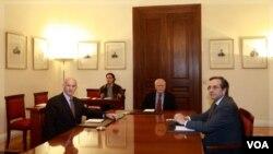 El socialista George Papandreou y el líder de la oposición Antonis Samaras se reúnen nuevamente para definir el gobierno interino.