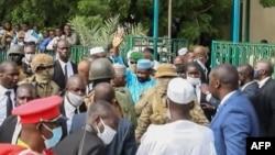 Le président par intérim du Mali Assimi Goita (au centre) alors qu'il salue ses partisans après les prières de l'Aïd al-Adha à la Grande Mosquée de Bamako, le 20 juillet 2021.