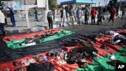 Afg'on bayroqlarida - portlash qurbonlari buyumlari. Kobul, 23-iyul 2016-yil