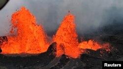 Una fuente de lava es observada desde un helicóptero sobre la Fisura 22 en el flanco este del volcán Kilauea en Hawái. Mayo 21 de 2018