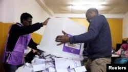Petugas pemilu mengosongkan kotak suara dalam pemilihan parlemen dan regional Ethiopia, di Addis Ababa, Ethiopia, 21 Juni 2021. (REUTERS)