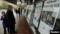 واشنگٹن میں قائم اخباروں کے میوزیم' نیوزیم' میں لوگ عالمی اخبار دیکھ رہے ہیں۔ فائل فوٹو
