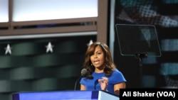 ABŞ-ın birinci xanımı Mişel Obama Demokrat partiyasının qurultayında çıxış edir