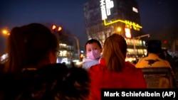 2021年1月13日疫情中北京街頭的一對母子。