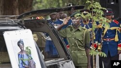 10月8日,肯尼亚森林服务机构的成员向马塔伊的灵车致意