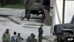 Bức ảnh trích từ video của một người quay video nghiệp dư nói rằng những người trong hình là lực lượng an ninh của Syria ở thành phố Hama
