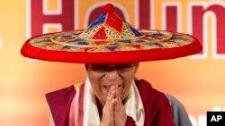 西藏精神领袖达赖喇嘛4月1日出席在印度古瓦哈提举行的阿萨姆论坛报庆祝仪式上头戴阿萨姆领导人的传统竹帽。