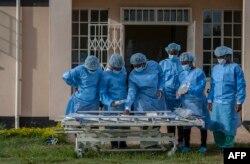 Petugas medis mengenakan APD, tengah menunggu giliran tugas piket di pusat perawatan utama pasien COVID-19 Rumah Sakit Pusat Kamuzu di Lilongwe, Malawi, 18 Januari 2021.