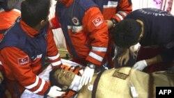 Thiếu niên 13 tuổi, Ferhat Tokay, được nhân viên cứu hộ mang ra khỏi đống gạch đá đổ nát của một tòa nhà bị sụp đổ trong trận động đất