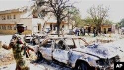 手持武器的士兵監視在聖誕節這天發生的四宗教堂連鐶爆炸案遭破壞的汽車﹐爆炸做成嚴重死傷。