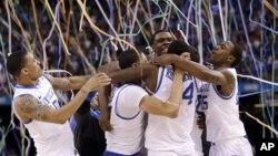 Los jugadores de Kentucky celebran el campeonato nacional universitario de la NCAA en Estados Unidos. (AP Photo/David J. Phillip)