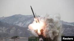 Sebuah sistem roket luncur ganda yang baru terlihat diujicobakan di Korea Utara, dalam foto yang dikeluarkan kantor berita KCNA di Pyongyag (4/3).