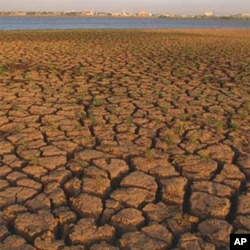 Parched soil by the White Nile. Khartoum, Sudan. Photo: Arne Hoel / World Bank