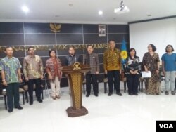 Sejumlah tokoh masyarakat dan perwakilan dari lembaga sipil di Indonesia berkumpul di kantor Komnas HAM, Jumat (12/4) untuk mendorong terselenggaranya Pemilu 2019 secara damai. (VOA/Fathiyah).
