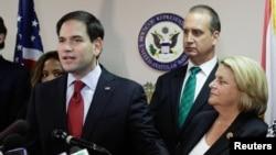 El senador Marco Rubio en conferencia de prensa con el representante Mario Díaz-Balart e Ileana Ros-Lehtinen en Miami.