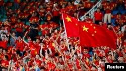 Khán giả Trung Quốc cổ vũ cho đội nhà trong trận đấu với Uzbekistan ngày 31/8/2017 trên sân vận động Vũ Hán trong khuôn khổ vòng loại tranh suất dự World Cup 2018 (REUTERS/Stringer).