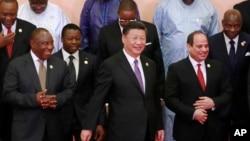 肯尼亚总统肯雅塔(右)在中非合作论坛北京峰会上