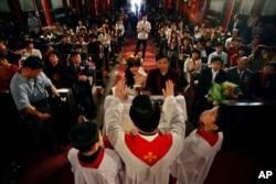资料照:北京教区主教傅铁山在北京的一座天主教堂内为一对新人主持婚礼。(2007年4月22日)
