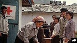 외국 원조식량을 배급받는 북한인들 (자료사진)