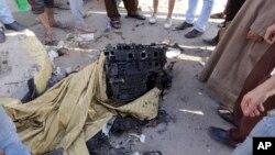 Egipcios se reunieron para observar un motor que se cree era del coche bomba usado en El Cairo, el jueves, 20 de agosto de 2015.