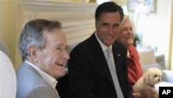 Mitt Romney (tengah) bersama mantan presiden AS George H.W Bush dan isterinya Barbara di Houston, Texas (foto: dok).