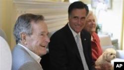 Kandidat Capres Republik Mitt Romney (tengah) didampingi mantan presiden AS George H.W Bush dan ibu negara Barbara di Houston (Foto: dok)