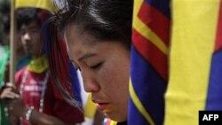 Sinh viên Tây Tạng ở Ấn Ðộ cầu nguyện trong cuộc tuần hành phản đối việc nhà chức trách Trung Quốc sử dụng vũ lực tại tu viện Kirti trong tỉnh Tứ Xuyên, giáp ranh với Tây Tạng