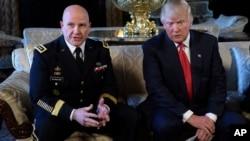 Le président Donald Trump écoute le général H.R. McMaster à Palm Beach, Floride, le 20 février 2017.