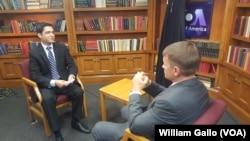 艾瑞克.普林斯(右)曾接受美国之音阿富汗语组记者的专访,谈阿富汗问题