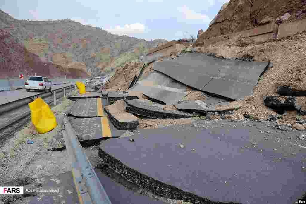 ریزش کوه در مسیر آزادراه پل زال - خرمآباد عکس: عزیز بابانژاد