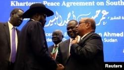 FILE - South Sudan's President Salva Kiir, 2nd left, Sudan's President Omar Al-Bashir, right, and South Sudan rebel leader Riek Machar, 2nd right, are seen after peace talks in Khartoum, Sudan, June 27, 2018.