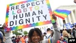 Biểu tình ủng hộ quyền của những người LGBTQ tại Tối cao Pháp viện Mỹ.
