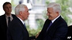 Potpredsjednik SAD Majk Pens rukuje se sa crnogorskim premijerom Duškom Markovićem ispred Bijele kuće, 5. jun 2017
