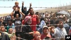 Người tị nạn Syria tập trung tại biên giới Thổ Nhĩ Kỳ. Ankara nói đang tiếp nhận trên 2 triêu người Iraq và Syria tị nạn với tổn phí trên 6 tỷ đô-la.