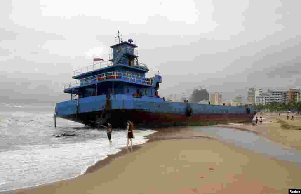 چین میں سمندری طوفان کے باعث ایک متاثرہ بحری جہاز۔