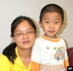 廣州市民周女士(左)與兒子一起參觀香港書展