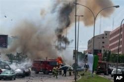 De la fumée et des débris à Abuja après l'explosion de la seconde voiture piégée