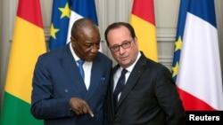 Le président Francois Hollande écoute son homologue guinéen Alpha Conde au Palais de l'Élysée, à Paris, le 11 avril 2017.