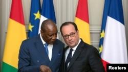 Le président français François Hollande écoute son homologue guinéen Alpha Conde au Palais de l'Élysée, à Paris, le 11 avril 2017.
