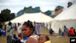 Wahamiaji wakiwa kwenye kambi za muda