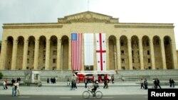 Здание грузинского парламента накануне визита в Тбилиси президента США Джорджа Буша. 9 мая 2005 г.