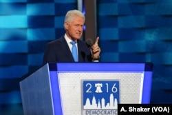 ອະດີດປະທານາທິບໍດີ Bill Clinton ໄດ້ເຮັດໃຫ້ບັນດາຜູ້ແທນຫຼາຍຄົນຕ້ອງ ລຸກຢືນຂຶ້ນດ້ວຍການ ສະແດງຄວາມຮູ້ສຶກທີ່ຕື່ນ ເຕັ້ນຫຼາຍ ຕາງໜ້າພັນລະຍາຂອງທ່ານ ໃນຄ່ຳຄືນທີ 2 ຂອງກອງປະຊຸມ ຫຼວງ ຂອງພັກເດໂມແຄຣັດ ໃນນະຄອນ Philadelphia, 26 ກໍລະກົດ, 2016 (A. Shaker/VOA)