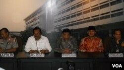 Jaksa Agung Prasetyo (kedua dari kiri) saat memberikan keterangan soal Komite Rekonsiliasi Kasus HAM masa lalu di Gedung Kejaksaan Agung Jakarta, Kamis 21/5 (foto: VOA/Andylala).