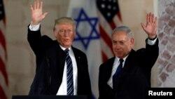 Presiden AS Donald Trump dan PM Israel Benjamin Netanyahu melambai kepada massa dalam kunjungan ke Yerusalem , 23 Mei 2017 lalu (foto: dok).