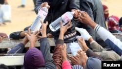 Fuyant les violences en Libye, des réfugiés se retrouvent dans un camps en Tunisie, à Ras Jdir, le 9 mars 2011.