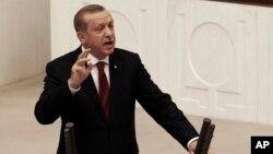 """레제프 타이이프 에르도안 터키 대통령이 1일 수도 앙카라에서 의회 연설 중 """"국가비상사태 기간은 1년으로도 충분치 않을 수 있다""""고 밝히고 있다."""