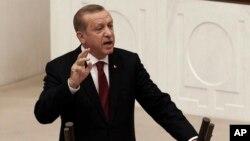 Presiden Turki Recep Tayyip Erdogan memberikan pidato di depan parlemen Turki di Ankara (foto: dok). Presiden Turki akan mempunyai satu atau lebih wakil presiden untuk membantunya, di bawah sistem baru.